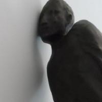 ebben - foto 20x20 - interpretatie van Listening figure - Guan Munoz - 1991
